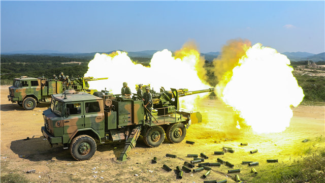 Artillerymen fire PCL-09 122mm self-propelled howitzer system