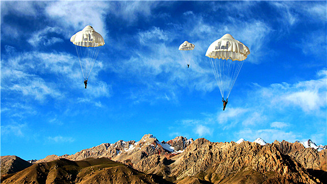 Parachute training in Xinjiang plateau area