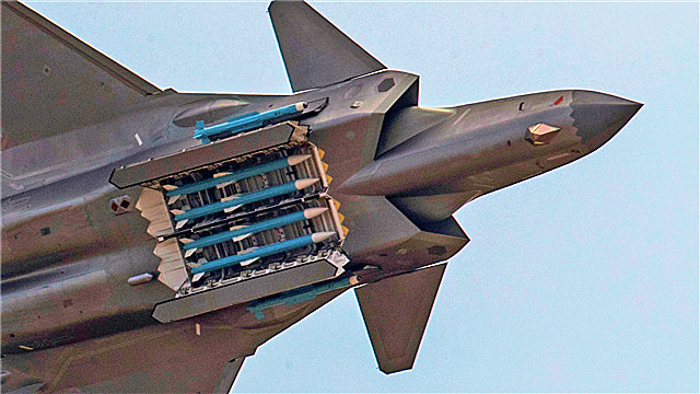 J-20 fighter jets perform aerobatic stunts during Airshow China 2018