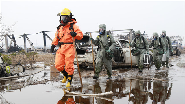 Anti-chemical troops help to clean up damaged chemical plants in east China