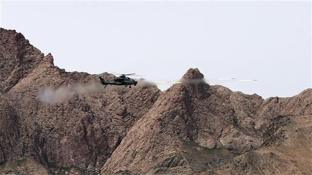 Gunships conduct penetration training in Qinghai-Xizang Plateau