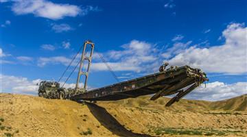 Soldiers build mechanized bridge in Gansu