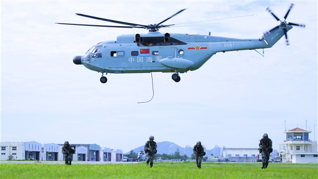 Ground Force and Navy troops conduct joint fast-rope training