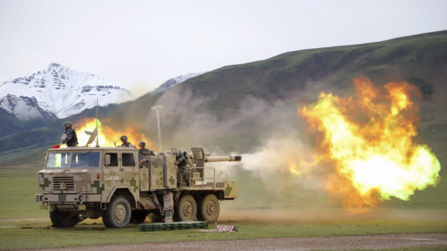 Vehicle-mounted howitzers conduct live-fire training in plateau area
