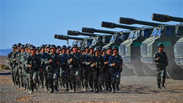 Artillerymen train in Gobi desert after long-distance maneuver from south