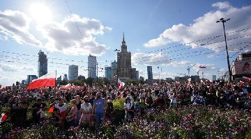People gather to commemorate Warsaw Uprising in Poland