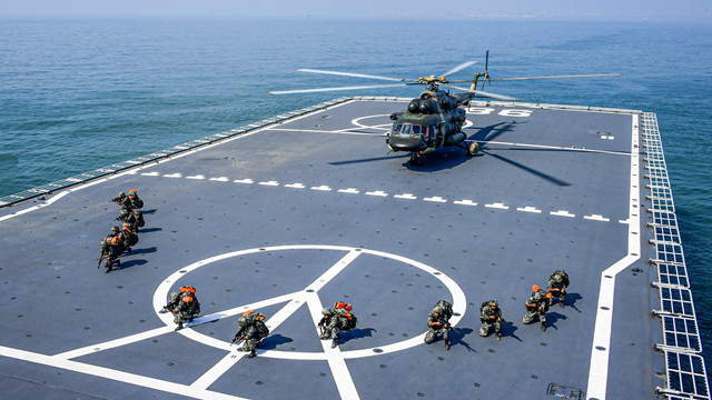 PLA army and navy soldiers conduct joint maritime training