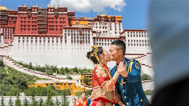 Newly-married airmen and their brides attend group wedding ceremony in Xizang