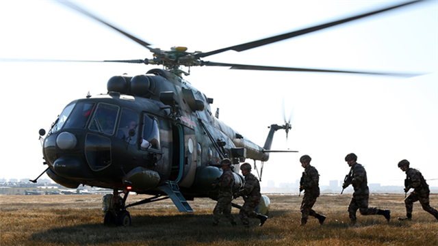 Soldiers disembark from Mi-171 transport helicopters in training