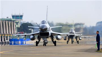 Fighter jets perform aerobatic flight