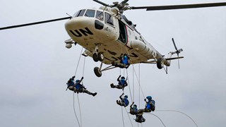 8 Chinese soldiers fast-rope from a helicopter simultaneously